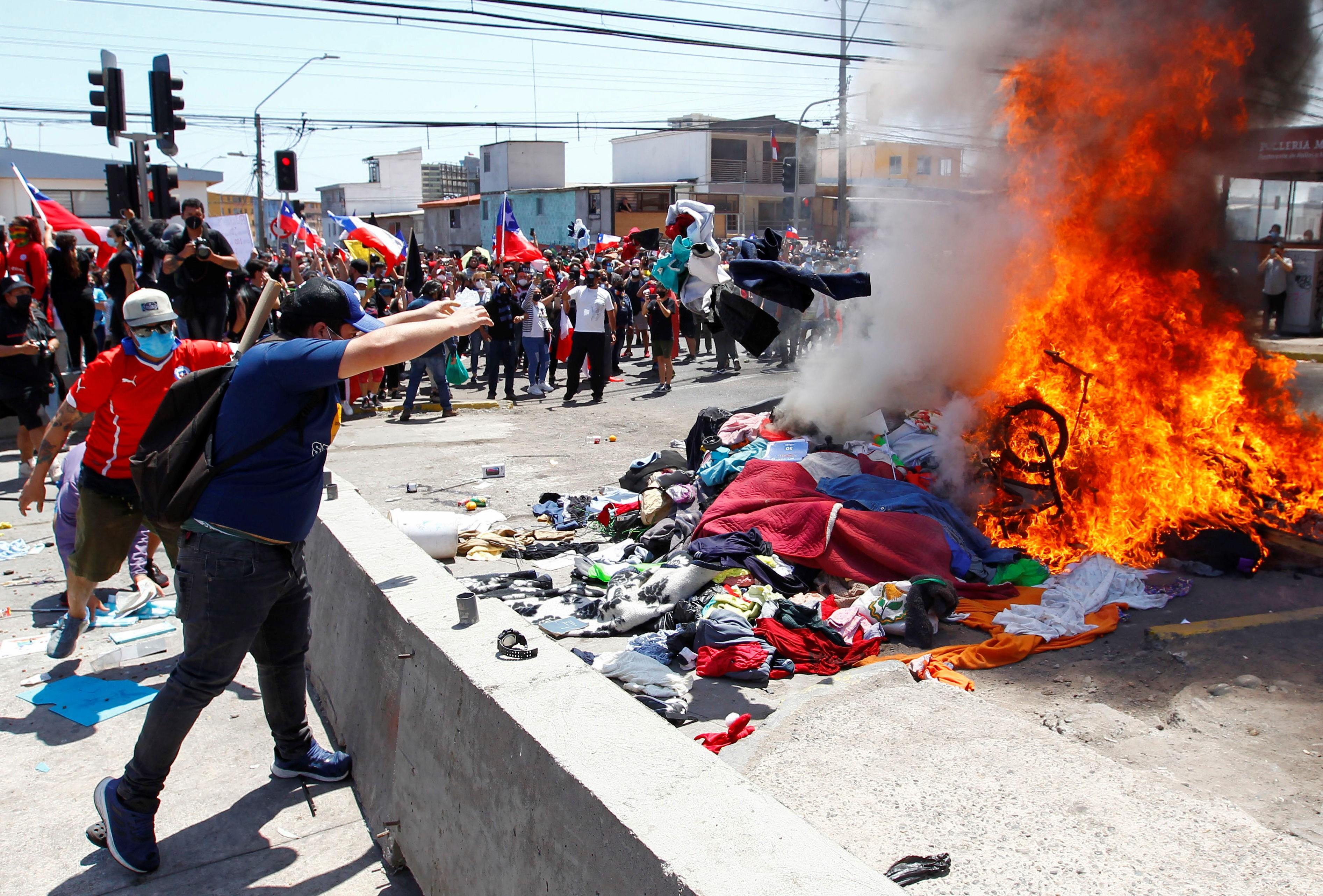 Chilenos protestam contra imigrantes e queimam pertences de venezuelanos